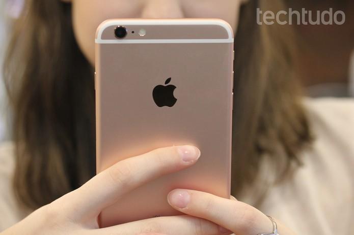 Detalhes da traseira do iPhone 6S Plus (Foto: Lucas Mendes/TechTudo) (Foto: Detalhes da traseira do iPhone 6S Plus (Foto: Lucas Mendes/TechTudo))