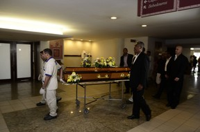 Corpo de Yoná Magalhães segue para cremação (Foto: Roberto Teixeira / EGO)