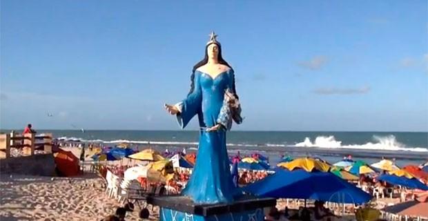 Estátua de Iemanjá tem braço destruído na praia do Meio, em Natal (Foto: Reprodução/Inter TV Cabugi)