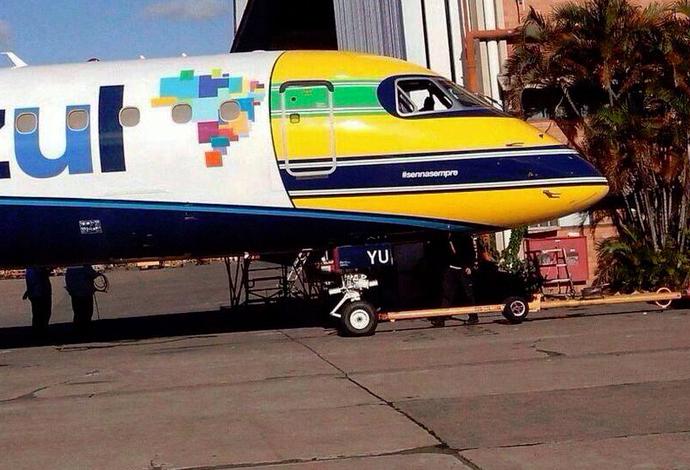 Avião da Azul recebeu pintura no bico idêntica ao capacete de Ayrton Senna (Foto: Reprodução/Twitter)
