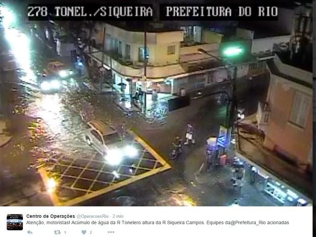 Cruzamento das ruas Tonelero e Siqueira Campos, em Copacabana, ficou alagado (Foto: Reprodução / Centro de Operações)