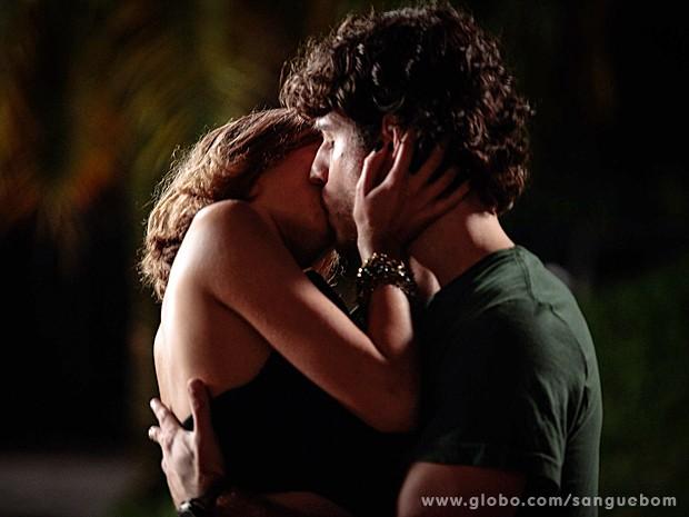 Amora tasca beijo em Bento (Foto: Sangue Bom/TV Globo)