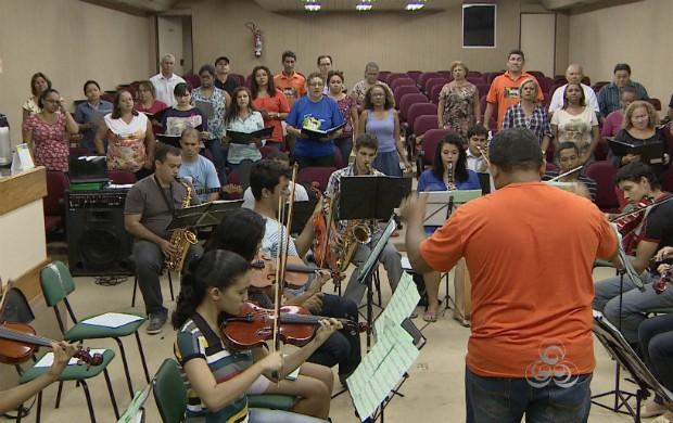 Cantores e instrumentistas ensaiam juntos para a apresentação (Foto: Bom Dia Amazônia)