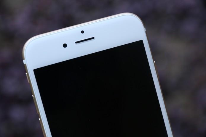 Detalhe da câmera frontal do iPhone 6 (Foto: Lucas Mendes/TechTudo)