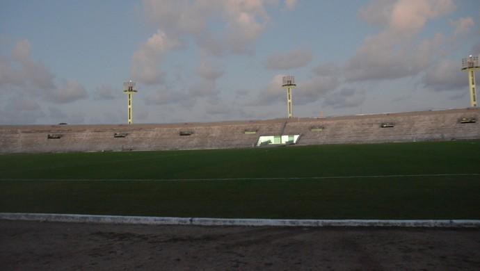 Almeidão, gramado, Botafogo-PB (Foto: Pedro Alves / GloboEsporte.com/pb)