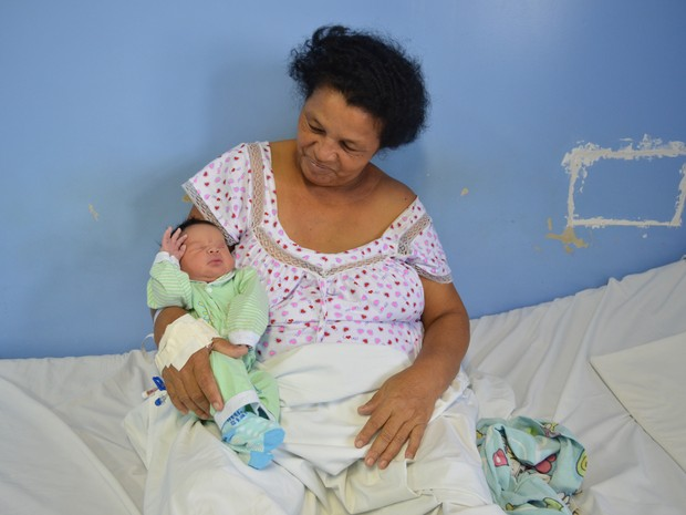 Sebastiana conta trajetória de vida na enfermaria da maternidade (Foto: Tássio Andrade / G1)