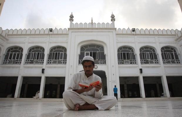 Muçulmano paquistanês lê o Corão, em Karachi. Muçulmanos de todo o mundo celebram agora o mês sagrado do Ramadã (Foto: SHAHZAIB AKBER/EPA/EPA/)