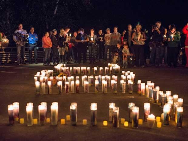 Vigília homenageia vítimas de atirador no Oregon, EUA