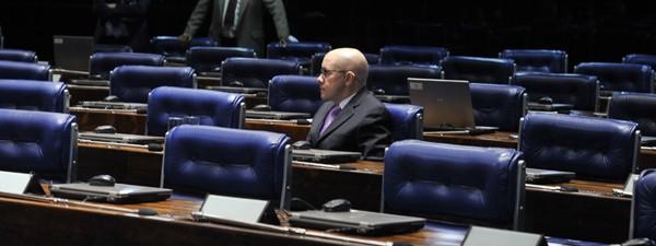 O senador Demóstenes Torres (sem partido-GO), antes da leitura na tribuna de novo discurso para se defender nesta terça (3), véspera da análise da cassação pelo Conselho de Ética (Foto: Valter Campanato/ABr)