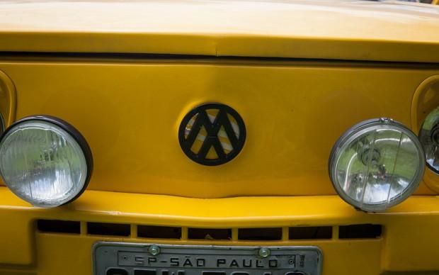 Frente da Brasília amarela tem o símbolo da Volkswagen invertido, similar ao adotado pelos Mamonas Assassinas (Foto: Fábio Tito/G1)