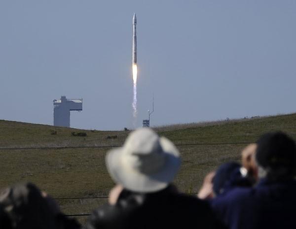 Pessoas observam o lançamento do foguete United Launch Alliance (ULA) com a espaçonave Landsat 8. (Foto: Gene Blevins/Reuters)