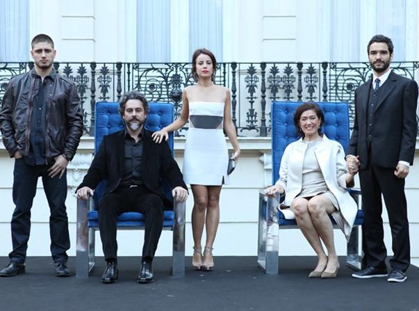 O segundo retrato da primeira geração da família: Zé (Alexandre Nero), Marta (Lilia Cabral), Zé Pedro (Caio Blat), Maria Clara (Andreia Horta) e João Lucas (Daniel Rocha) (Foto: Raphael Dias/Gshow)