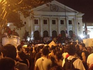 Câmara Municipal foi ocupada por volta das 19h desta sexta-feira (14) (Foto: Luís Bulcão/G1)