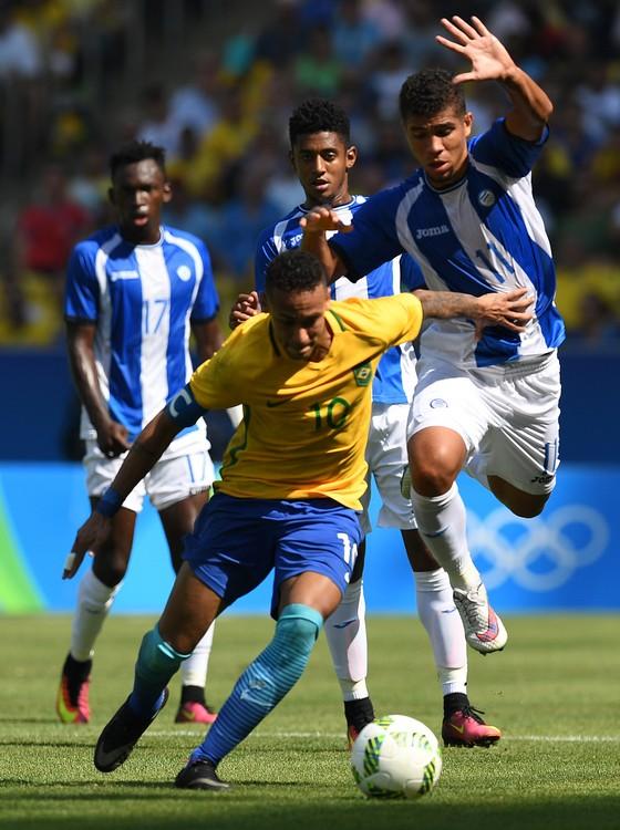 Neymar passa por três jogadores de Honduras (Foto  Odd Andersen ... 4e24eb96bd7e9