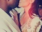 Grávida, Kim Kardashian troca beijo com Kanye West
