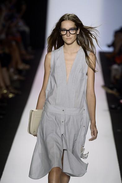 Na Semana de Moda de Nova York, Primavera/Verão 2014, modelo desfila para a BCBGMAXAZRIA