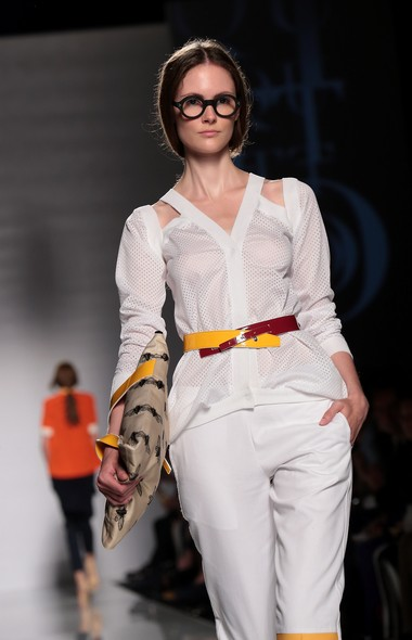 Modelo desfila criação da QuattroMani na AltaRoma Altamoda Fashion Week, na Itália