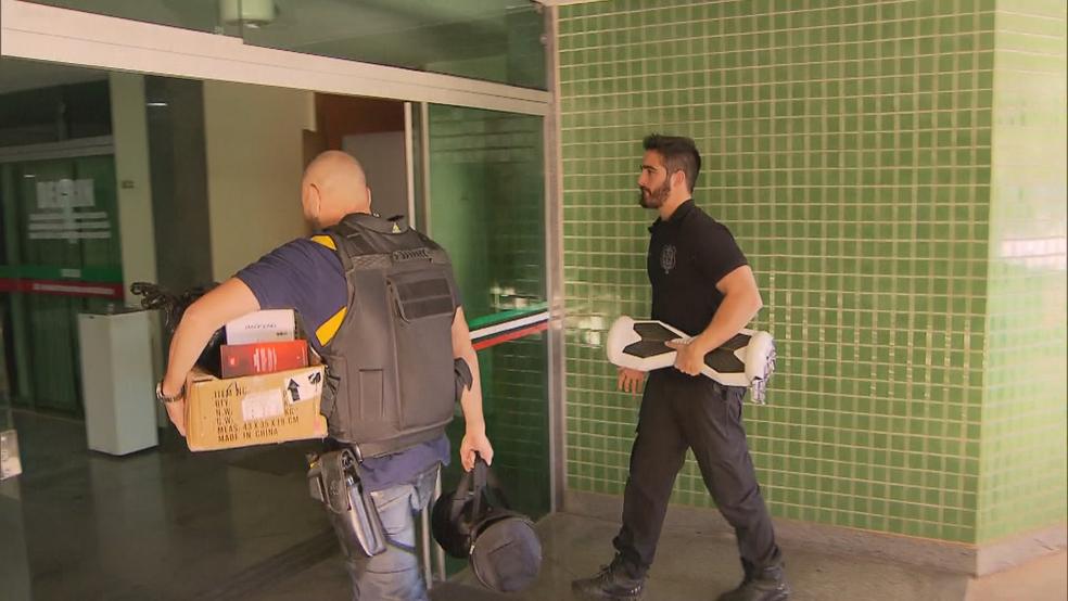 Policiais chegam com eletrônicos apreendidos durante operação (Foto: TV Globo/Reprodução)