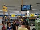 Consumidores lotam mercado que vai fechar em busca de promoções