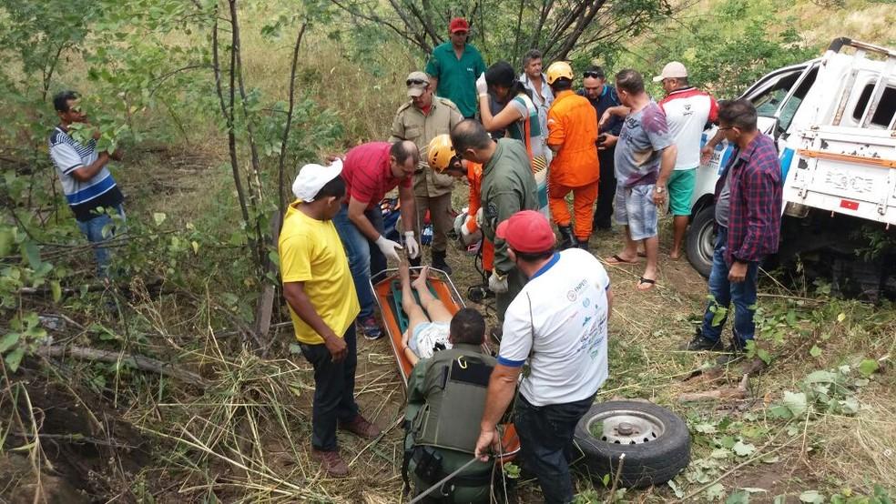 Equipe de salvamento precisou cortas as ferragens para o salvamento (Foto: SSPDS/Divulgação)