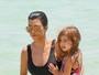 Kourtney Kardashian usa maiô e exibe boa forma em praia em Miami