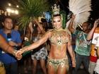 Scheila Carvalho se prepara para desfilar pela Mangueira, no Rio