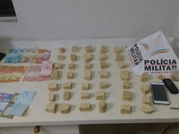 Drogas e dinheiro foram apreendidos pela PM em Prata e Tapuirama (Foto: Polícia Militar/Divulgação)