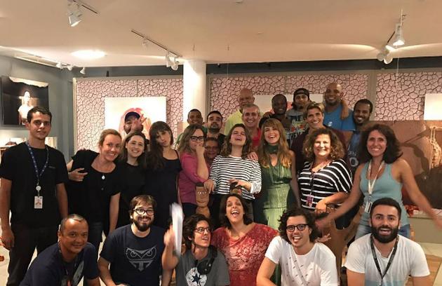 Reynaldo Gianecchini, Cláudia Abreu e Isabella Santoni nos bastidores de gravação com a equipe de 'A lei do amor' (Foto: Reprodução)