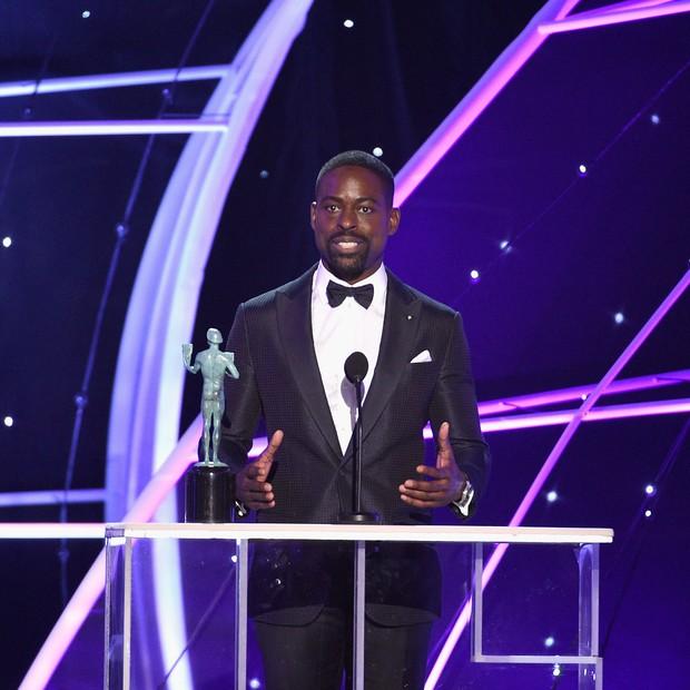 O ator Sterling K. Brown celebrou a vitória na categoria Melhor Ator em Série Dramática (Foto: Getty Images)