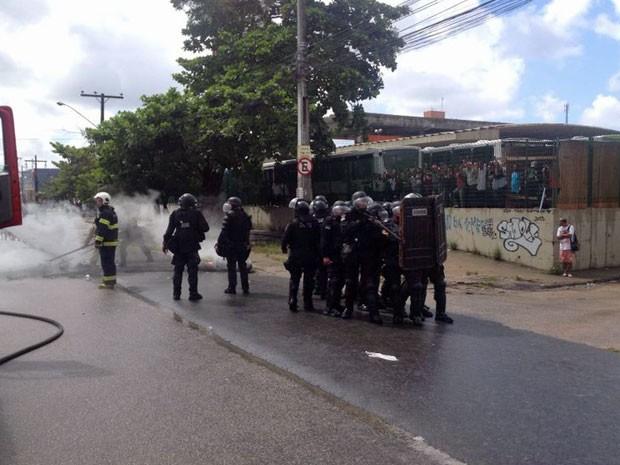 Batalhão de Choque da PM foi acionado e está no local (Foto: Bruno Fontes/TV Globo)
