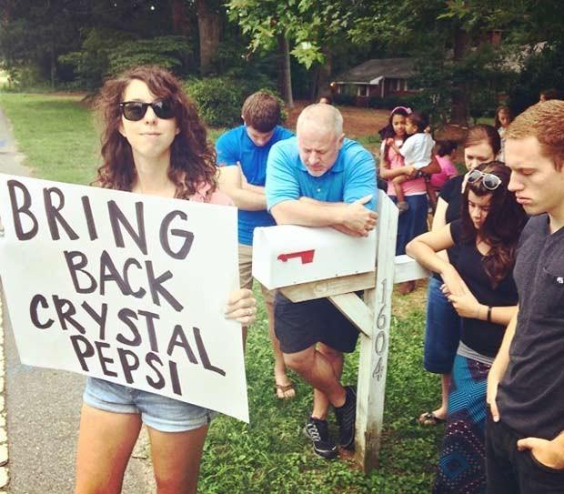 """Tina segura cartaz com a frase """"Tragam de volta a Crystal Pepsi"""" para decepção dos manifestantes antiaborto (Foto: Reprodução / Tumblr)"""