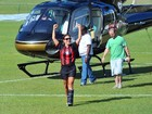 Ivete Sangalo chega de helicóptero a jogo de futebol