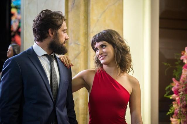 """Bianca Bin e Rafael Cardoso como Clara e Renato em """"O outro lado do paraíso"""" (Foto: Globo/Raquel Cunha)"""