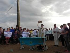 """""""Clamamos pela ajuda de Deus"""", diz o padre Dijacy Brasileiro (Foto: Taiguara Rangel/G1)"""