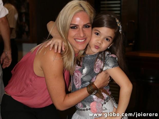 Giovanna Ewbank e a fofa Mel Maia mandam beijo (Foto: Joia Rara/TV Globo)