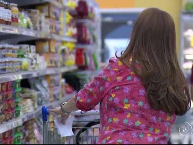 Segundo consultor financeiro, pesquisa ajuda a poupar dinheiro (Foto: Reprodução/TV TEM)