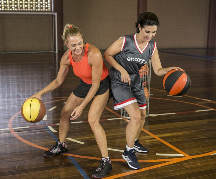 Fátima se diverte durante aula de basquete com a Hortência  (Foto: Inácio Moraes/Gshow)