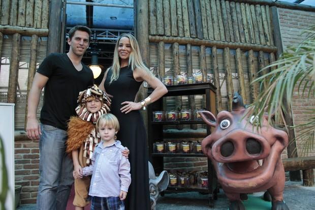 Danielle Winits com os filhos e Amaury Nunes (Foto: Isac Luz / EGO)