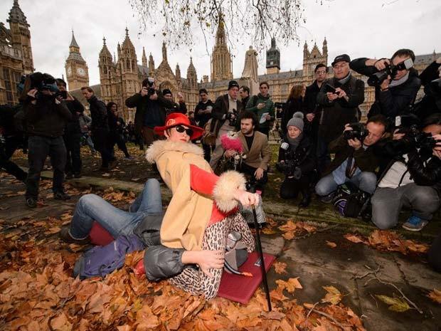 Manifestantes simulam 'sentada na cara' em frente a parlamento britânico nesta sexta, para protestar contra censua a vídeos pornográficos (Foto: AFP Photo / Leon Neal)