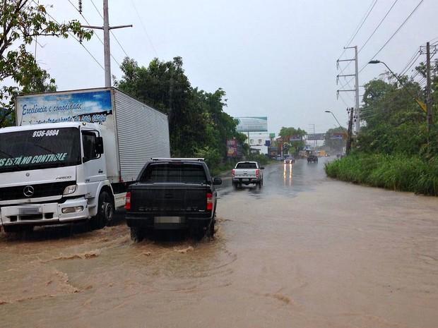 Chuva deixou vias alagadas na capital  (Foto: Jamile Alves/G1 AM)