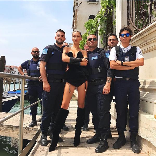 Bella Hadid posa em Veneza (Foto: Reprodução/Instagram)