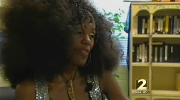 Em setembro de 2011, a cabeleireira Isis Brantley disse que passou por constrangimento no Aeroporto Internacional Hartsfield-Jackson, em Atlanta, no estado da Geórgia (EUA), depois que as autoridades quiseram revistar seu cabelo afro para verificar se não havia armas escondidas. (Foto: Reprodução)