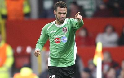 Luis Alberto comemora gol do Cluj contra o MAnchester United, AP (Foto: Agência AP)