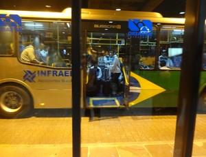 Delegação do Grêmio evitou sair pelo sagão principal do aeroporto de Porto Alegre (Foto: Hector Werlang/Globoesporte.com)