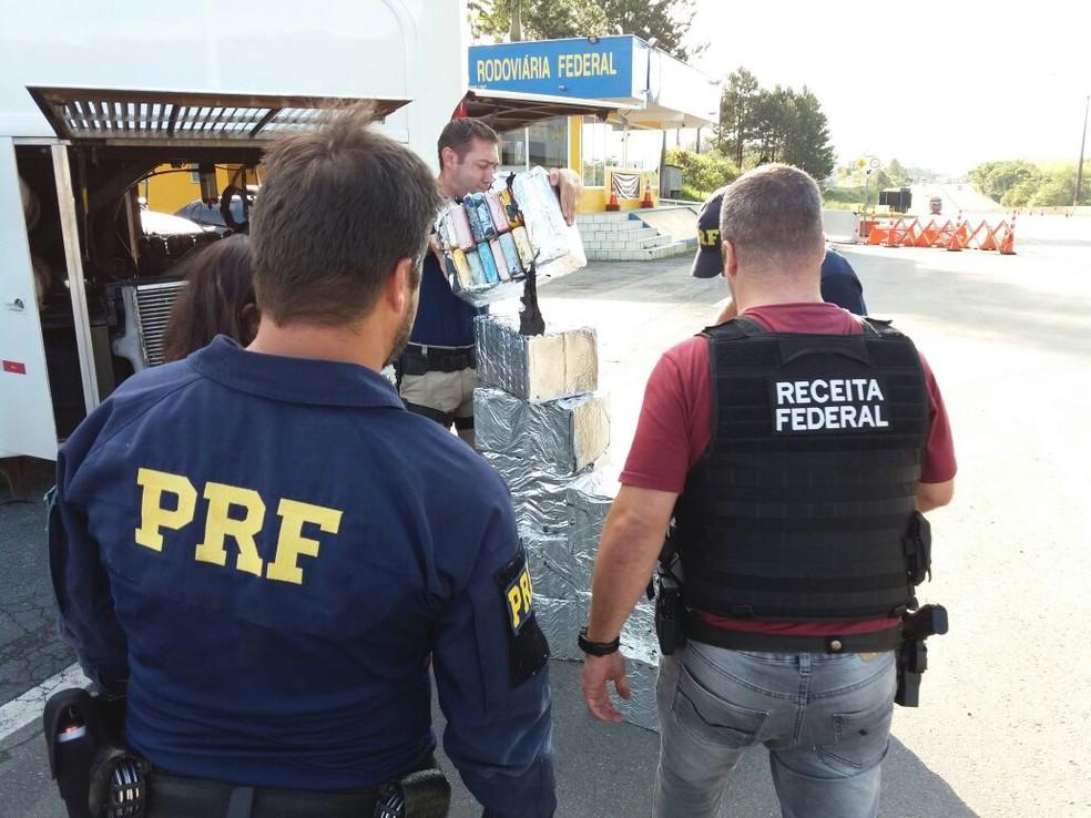 Foram encontrados 11 fardos da droga (Foto: Richard Casas/RBS TV)