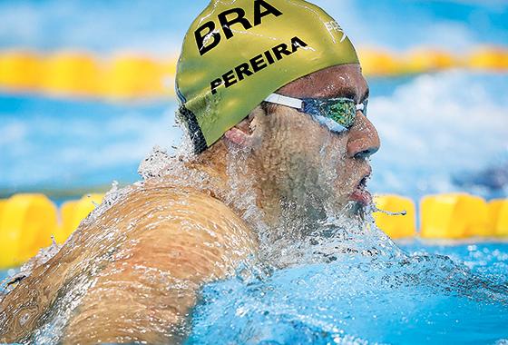 ESFORÇO Thiago Pereira na final dos 200 metros medley. Esperança de medalha, ele ficou em 7º lugar (Foto: Ricardo Nogueira/ÉPOCA)