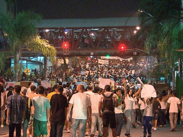 Milhares se reúnem na Região do Barreiro, em Belo Horizonte (Foto: Reprodução/TV Globo)