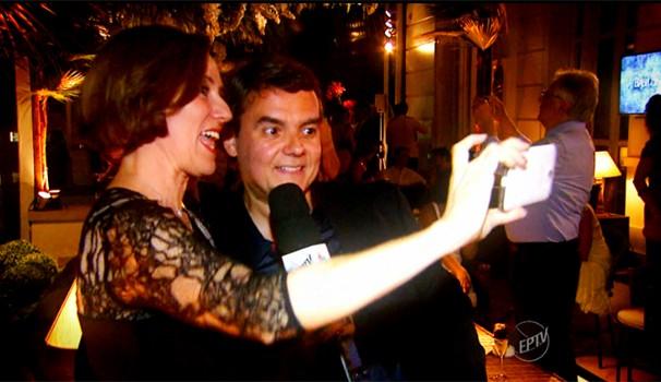 Edlaine Garcia, do Mais Caminhos, faz 'selfie' com Cássio Gabus Mendes (Foto: Reprodução / EPTV)