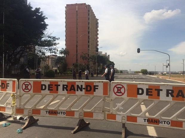 Barreiras marcam interdição nas proximidades do hotel Torre Palace, no centro de Brasília, alvo de operação de reintegração de posse (Foto: Mateus Vidigal/G1)