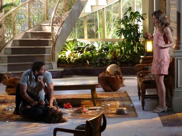 Cassiano chega e parte para cima de Alberto (Foto: Flor do Caribe/ TV Globo)